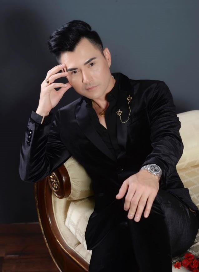 Bạn thân chuẩn bị áo dài Việt Nam để mặc cho thi hài Anh Vũ-2