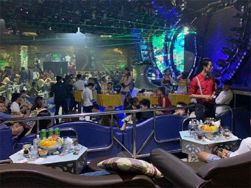 Cảnh sát bao vây quán bar ở Sài Gòn, phát hiện gần 150 dân chơi nghi phê ma tuý-1
