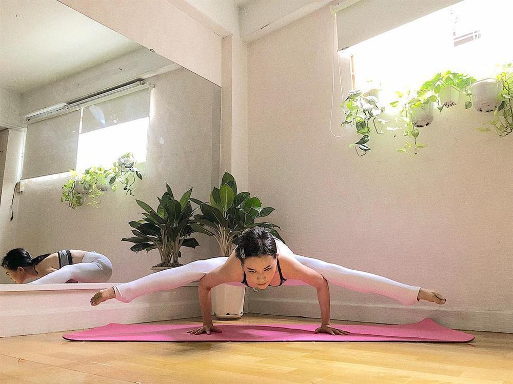 Sĩ Thanh tập những tư thế yoga siêu khó mà vặn vẹo như con thằn lằn-3