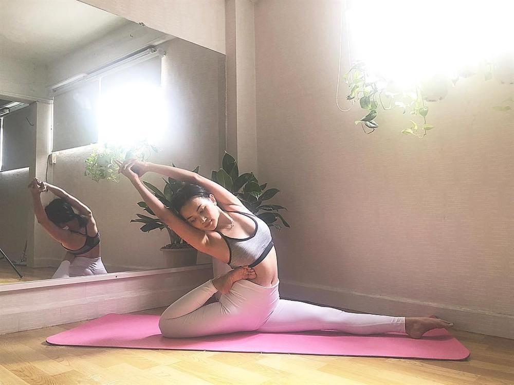 Sĩ Thanh tập những tư thế yoga siêu khó mà vặn vẹo như con thằn lằn-5