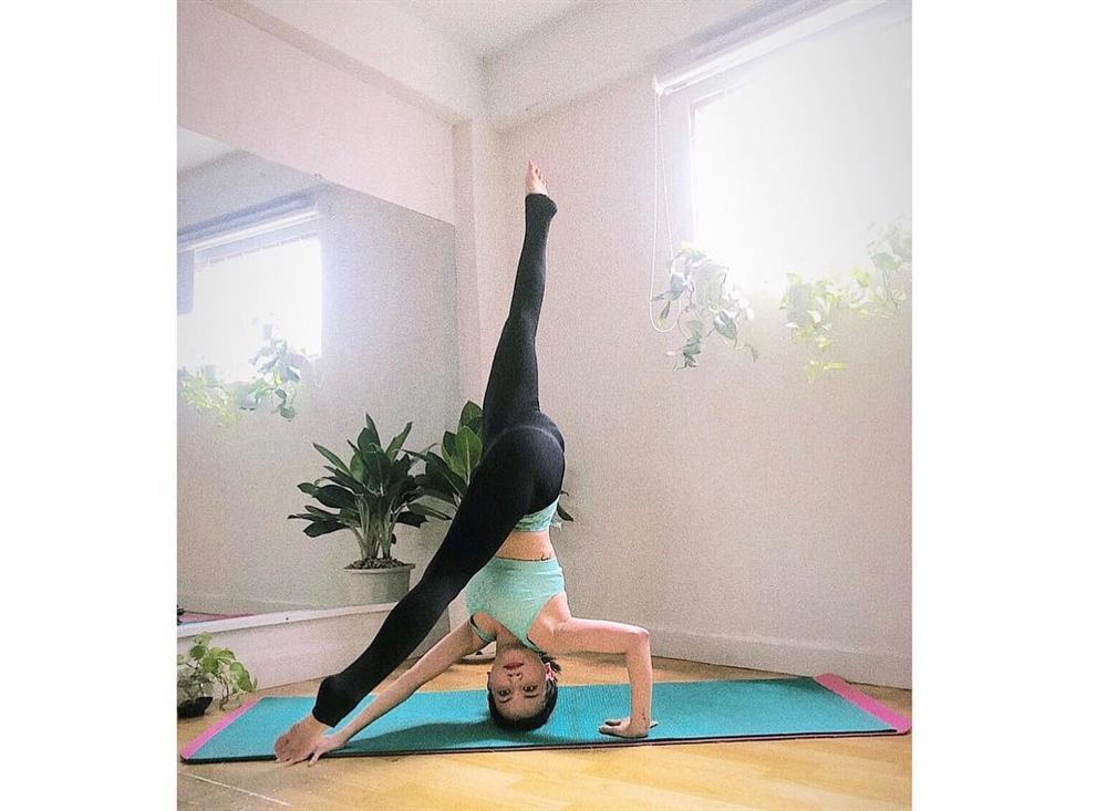 Sĩ Thanh tập những tư thế yoga siêu khó mà vặn vẹo như con thằn lằn-7