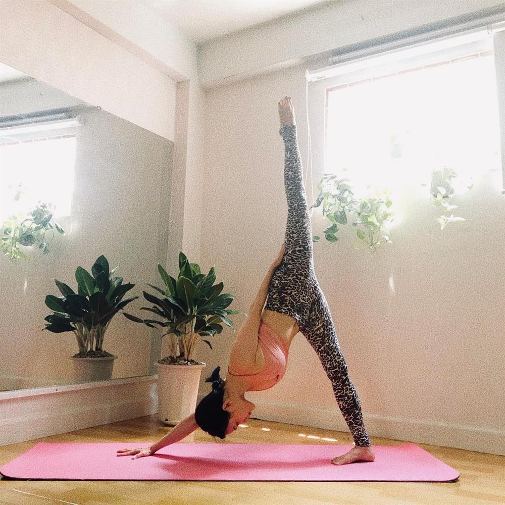 Sĩ Thanh tập những tư thế yoga siêu khó mà vặn vẹo như con thằn lằn-9