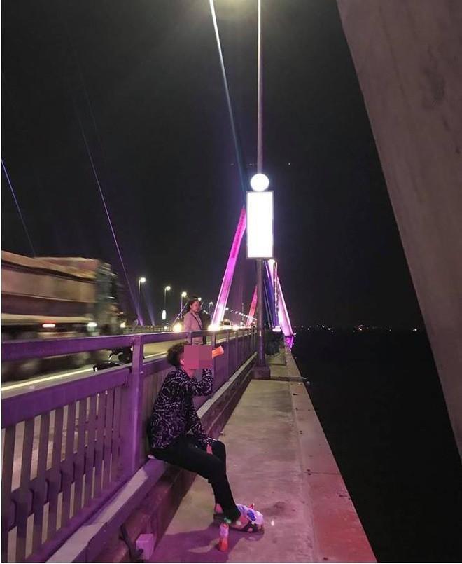 Thanh niên khiến người xem vừa thương vừa buồn cười khi đi dọc cầu Nhật Tân uống nước ngọt, ăn bim bim vì thất tình-1