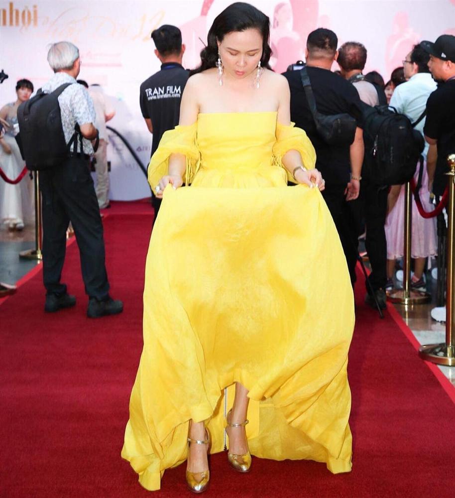Phượng Chanel mặc váy 100 triệu mà như hàng chợ, Quách Ngọc Ngoan bênh: Váy đẹp, người đẹp thế mà chê-4