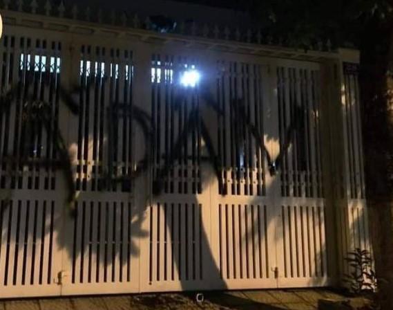 Nhà cựu Viện phó VKS TP Đà Nẵng bị xịt chữ ẤU DÂM bằng sơn lên cổng sau vụ sàm sỡ bé gái trong thang máy-2