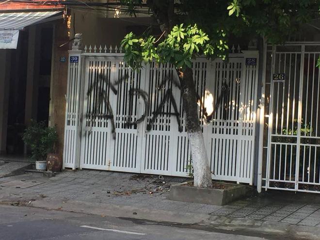 Nhà cựu Viện phó VKS TP Đà Nẵng bị xịt chữ ẤU DÂM bằng sơn lên cổng sau vụ sàm sỡ bé gái trong thang máy-3