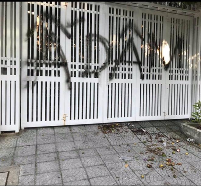 Nhà cựu Viện phó VKS TP Đà Nẵng bị xịt chữ ẤU DÂM bằng sơn lên cổng sau vụ sàm sỡ bé gái trong thang máy-4