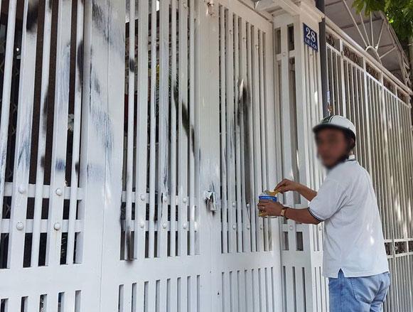 Nhà cựu Viện phó VKS TP Đà Nẵng bị xịt chữ ẤU DÂM bằng sơn lên cổng sau vụ sàm sỡ bé gái trong thang máy-5