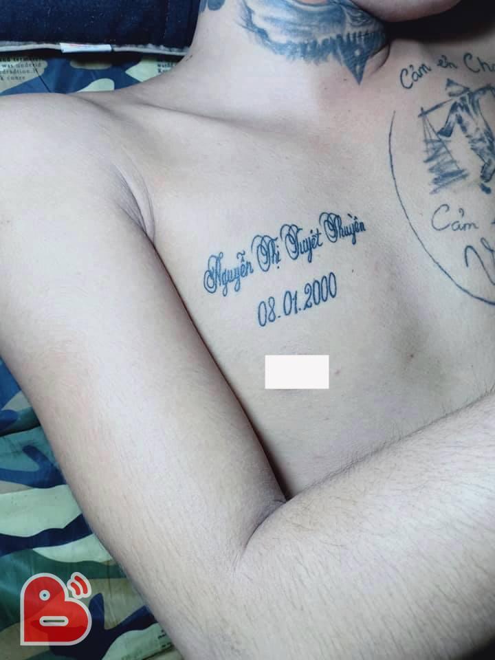 'Dở khóc dở cười' với chàng trai 'đắp mộ cuộc tình' bằng chiếc quan tài bên hình xăm cha mẹ-1