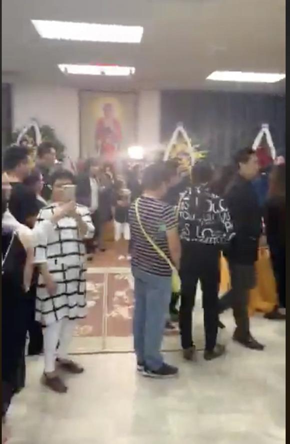 Tang lễ nghệ sĩ Anh Vũ tại Mỹ: Đông đảo đồng nghiệp đến viếng, yêu cầu không chụp ảnh cận mặt-12