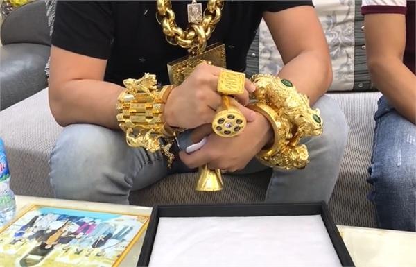 Đại gia đeo nhiều vàng nhất Việt Nam lại gây sốc khi tậu mũ vàng 2 tỷ gồm 53 cây vàng và 260 viên kim cương-2