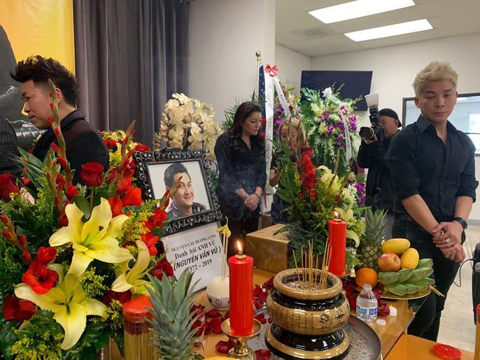 Tang lễ nghệ sĩ Anh Vũ tại Mỹ: Đông đảo đồng nghiệp đến viếng, yêu cầu không chụp ảnh cận mặt-6