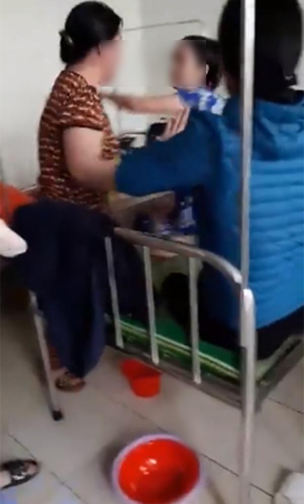 Thấy con gái bị bắt nạt, mẹ đẻ lao lên HỖN CHIẾN với mẹ chồng ngay tại bệnh viện-1