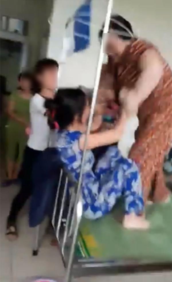 Thấy con gái bị bắt nạt, mẹ đẻ lao lên HỖN CHIẾN với mẹ chồng ngay tại bệnh viện-2