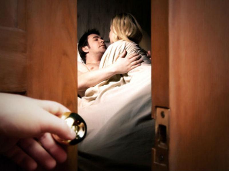 Bị vợ bắt quả tang trên giường, bồ ngồi nghịch móng tay-1