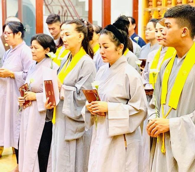 Thúy Nga và Phật tử tụng kinh, cầu siêu cho Anh Vũ ở chùa-1