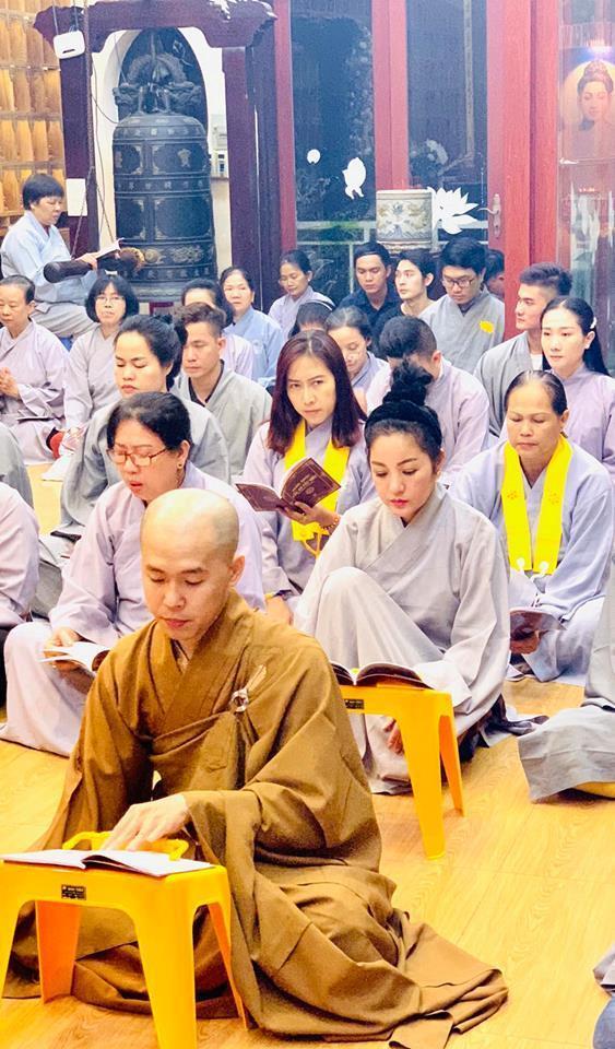 Thúy Nga và Phật tử tụng kinh, cầu siêu cho Anh Vũ ở chùa-3