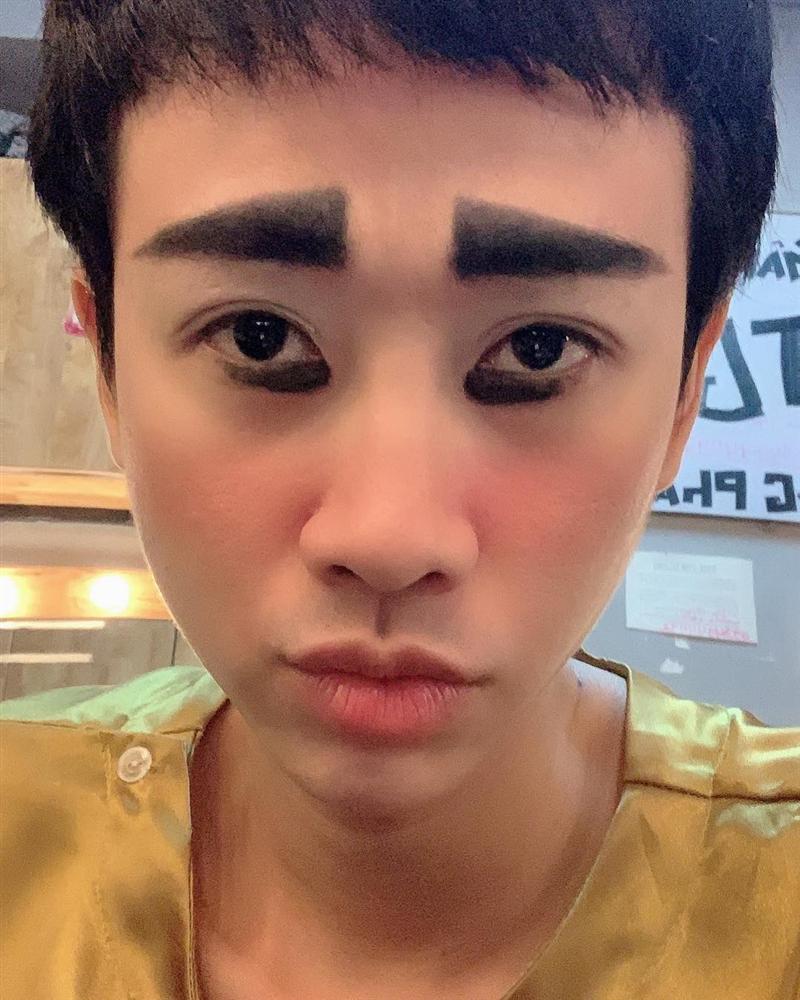 Hải Triều chào buổi sáng với khuôn mặt trang điểm vàng khè khiến fan vừa giật mình vừa buồn cười-1