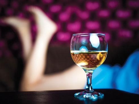 Say rượu ngủ quên ở cửa nhà trọ, cô gái nhận cái kết kinh hoàng-1