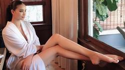 Bất chấp đời tư ồn ào, Phạm Hương sexy khoe dáng nuột nà