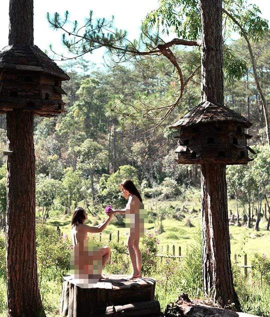 Cặp nam nữ gây sốc khi khỏa thân 100% lại còn vô tư đi lại check-in khắp điểm du lịch nổi tiếng Đà Lạt-4