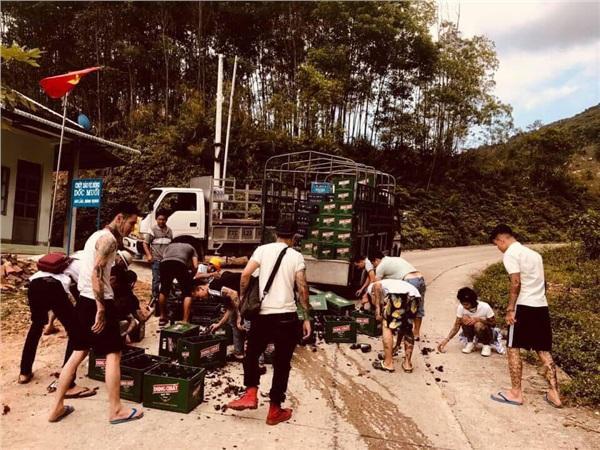 Hùng hổ tiến đến chiếc xe chở bia gặp tai nạn, nhóm anh em xăm trổ có hành động đẹp như trong phim-3