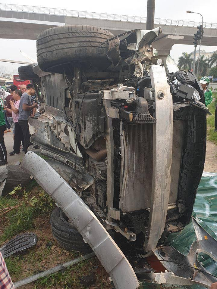 Tai nạn kinh hoàng ở Cầu Giấy, Hà Nội: Nữ tài xế lái Mercedes tông loạt xe máy, nhiều người hoảng loạn-2