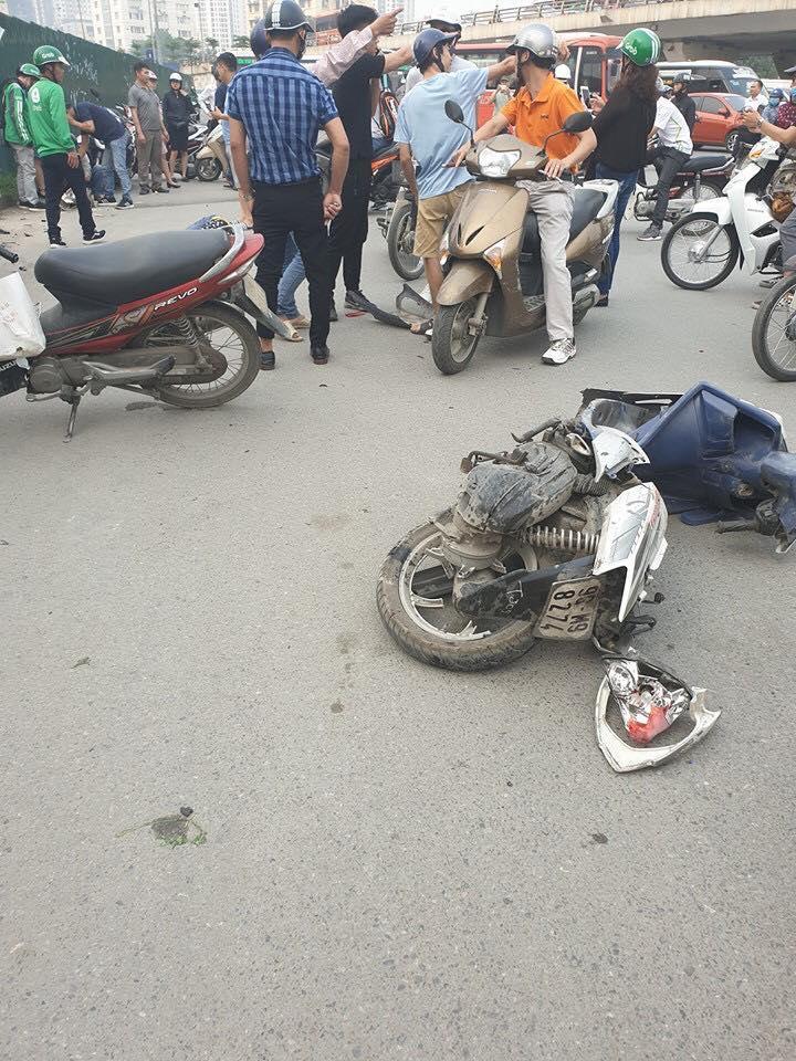Tai nạn kinh hoàng ở Cầu Giấy, Hà Nội: Nữ tài xế lái Mercedes tông loạt xe máy, nhiều người hoảng loạn-4
