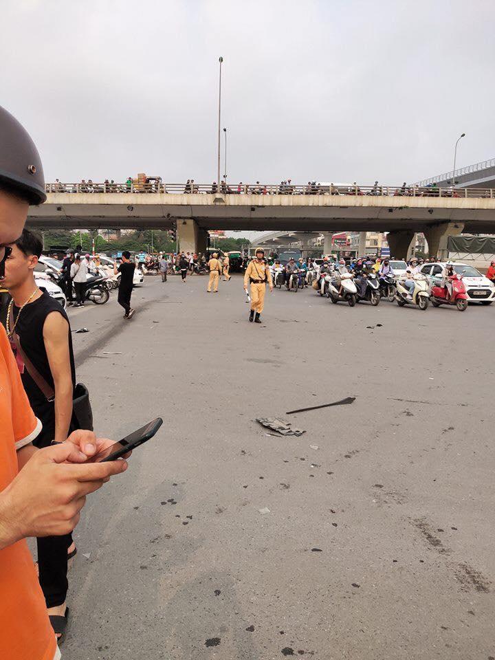 Tai nạn kinh hoàng ở Cầu Giấy, Hà Nội: Nữ tài xế lái Mercedes tông loạt xe máy, nhiều người hoảng loạn-6