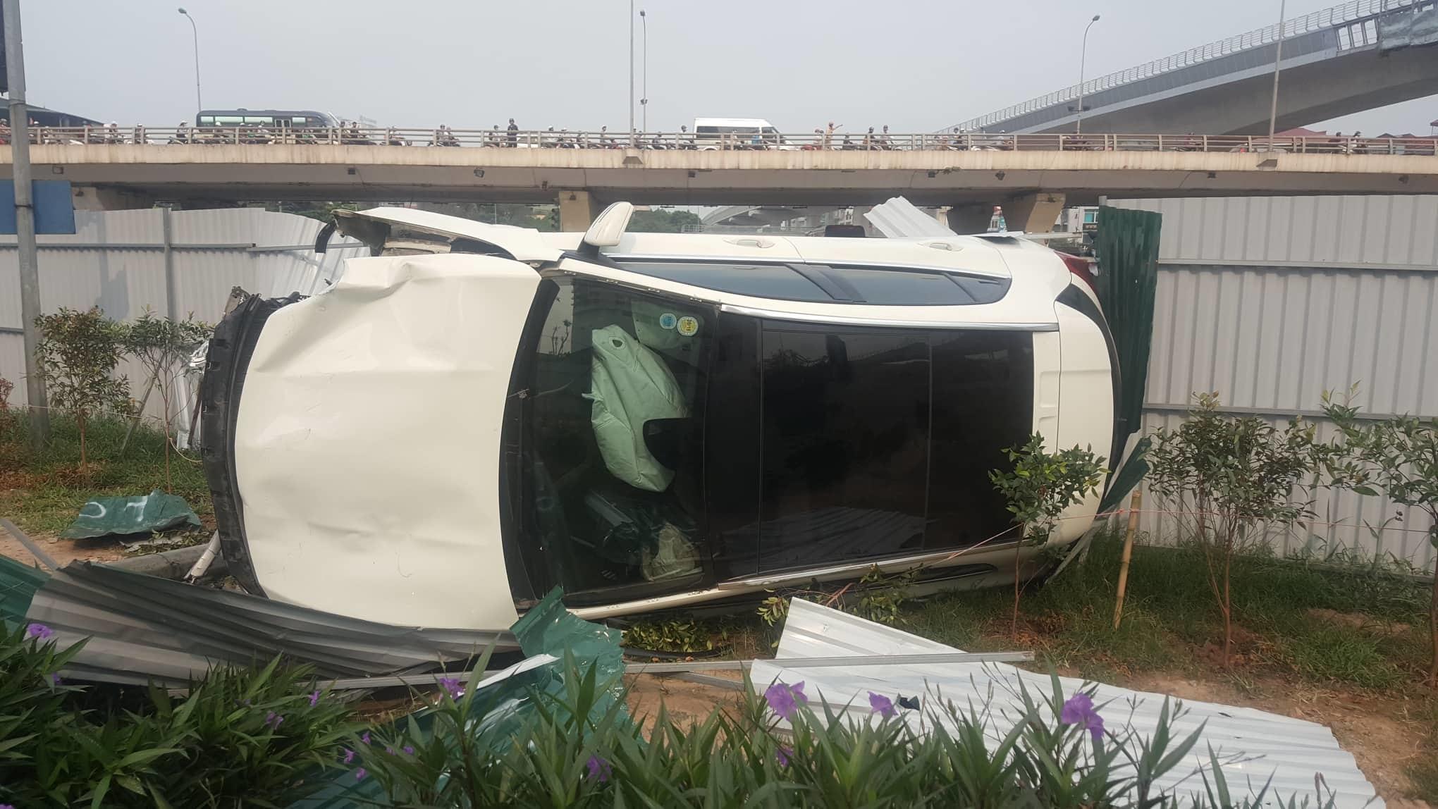 Tai nạn kinh hoàng ở Cầu Giấy, Hà Nội: Nữ tài xế lái Mercedes tông loạt xe máy, nhiều người hoảng loạn-1