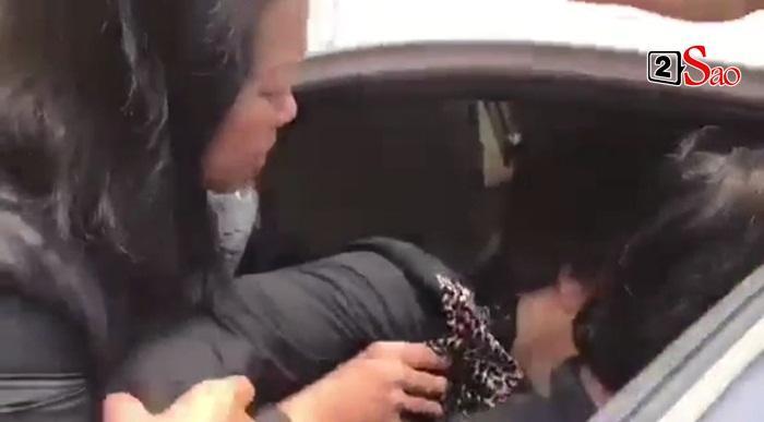 Mẹ Anh Vũ đau buồn đến ngất xỉu, chùa Ấn Quang rợp người viếng trước giờ tang lễ cố nghệ sĩ-1