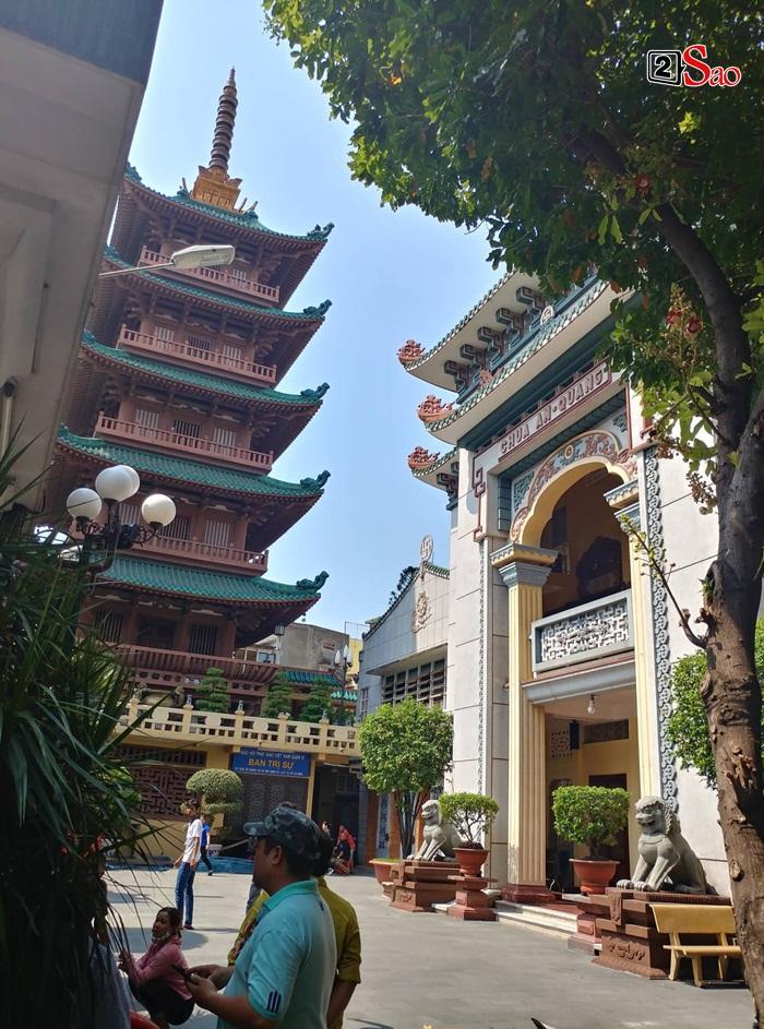 Mẹ Anh Vũ đau buồn đến ngất xỉu, chùa Ấn Quang rợp người viếng trước giờ tang lễ cố nghệ sĩ-8