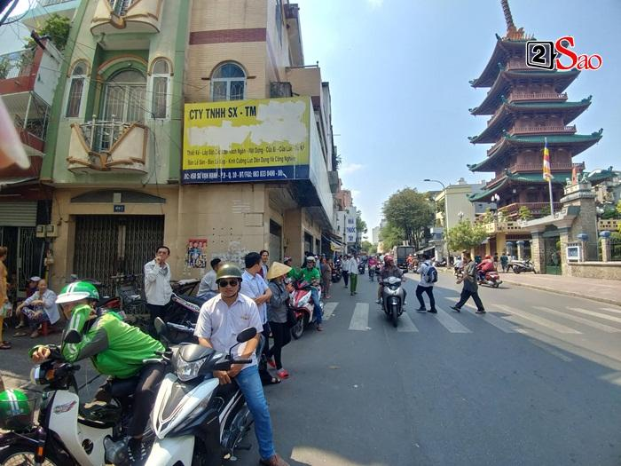 Mẹ Anh Vũ đau buồn đến ngất xỉu, chùa Ấn Quang rợp người viếng trước giờ tang lễ cố nghệ sĩ-7