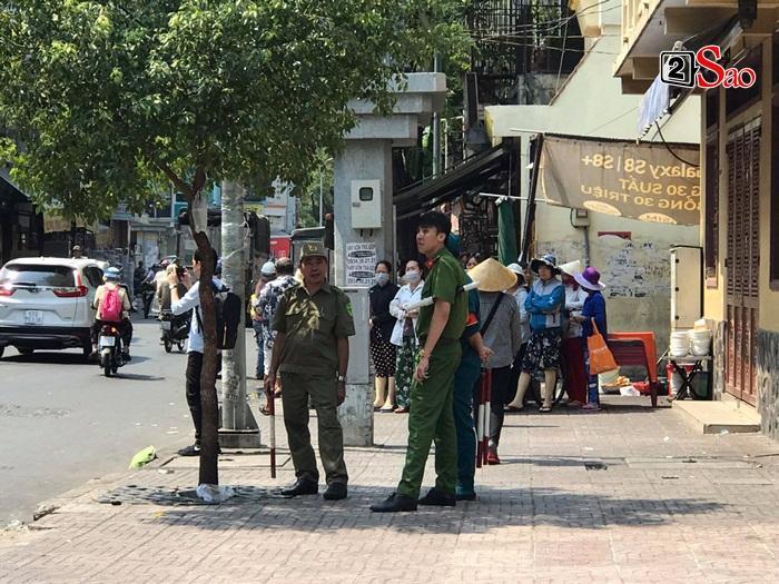 Mẹ Anh Vũ đau buồn đến ngất xỉu, chùa Ấn Quang rợp người viếng trước giờ tang lễ cố nghệ sĩ-6