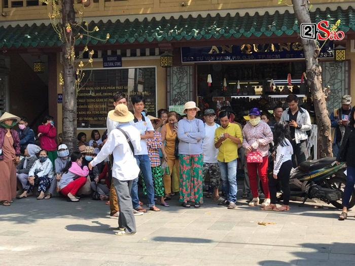Mẹ Anh Vũ đau buồn đến ngất xỉu, chùa Ấn Quang rợp người viếng trước giờ tang lễ cố nghệ sĩ-10