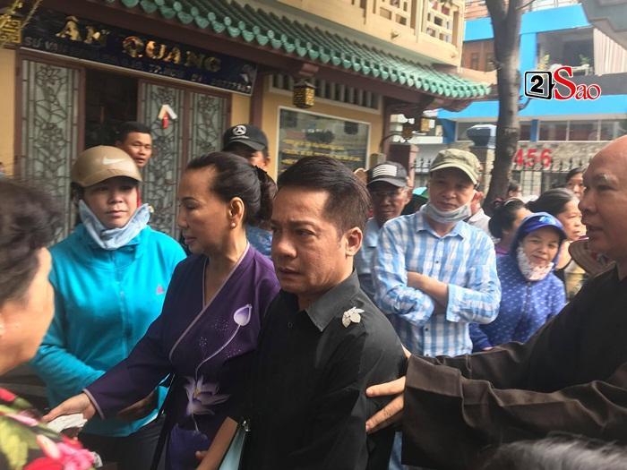 Mẹ Anh Vũ đau buồn đến ngất xỉu, chùa Ấn Quang rợp người viếng trước giờ tang lễ cố nghệ sĩ-4