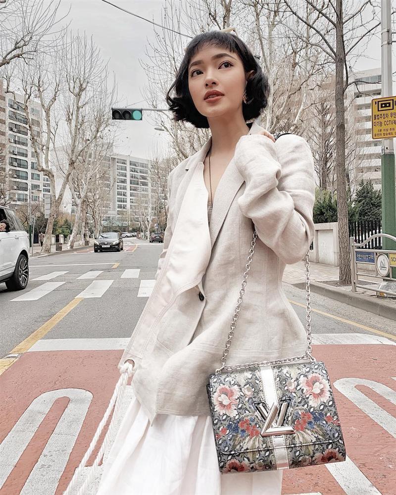 Cùng lăng-xê áo tay bồng khoét ngực sâu hút, Jun Vũ ghi điểm - Khánh Linh lộ thân hình gầy guộc đáng lo-2