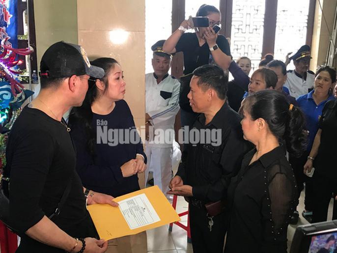 Bố Anh Vũ xuất hiện trong không gian tang lễ-6