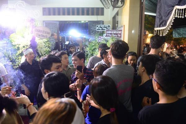 Đám đông lũ lượt kéo tới lễ tang cố nghệ sĩ Anh Vũ cười đùa, livestream câu view vô cùng phản cảm-9