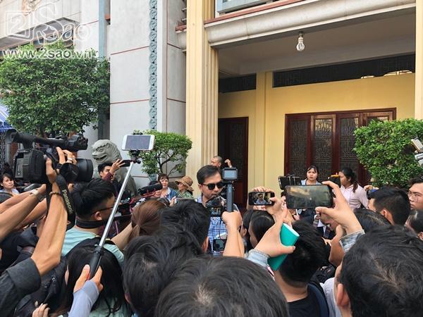 Đám đông lũ lượt kéo tới lễ tang cố nghệ sĩ Anh Vũ cười đùa, livestream câu view vô cùng phản cảm-2