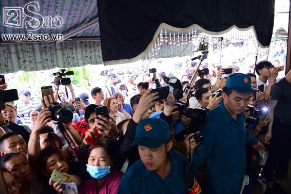 Đám đông lũ lượt kéo tới lễ tang cố nghệ sĩ Anh Vũ cười đùa, livestream câu view vô cùng phản cảm-1