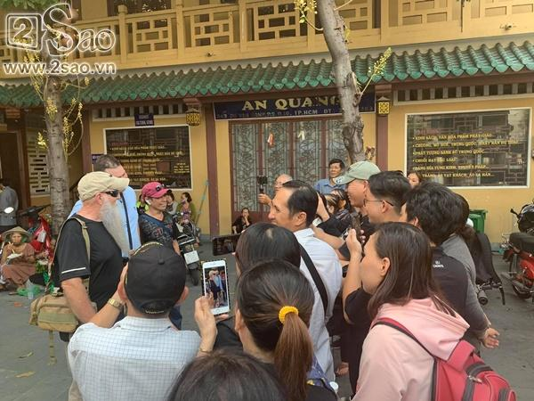 Đám đông lũ lượt kéo tới lễ tang cố nghệ sĩ Anh Vũ cười đùa, livestream câu view vô cùng phản cảm-3