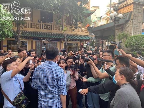 Đám đông lũ lượt kéo tới lễ tang cố nghệ sĩ Anh Vũ cười đùa, livestream câu view vô cùng phản cảm-5