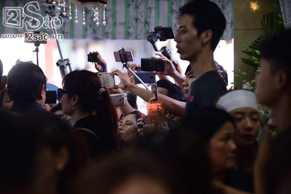 Đám đông lũ lượt kéo tới lễ tang cố nghệ sĩ Anh Vũ cười đùa, livestream câu view vô cùng phản cảm-6