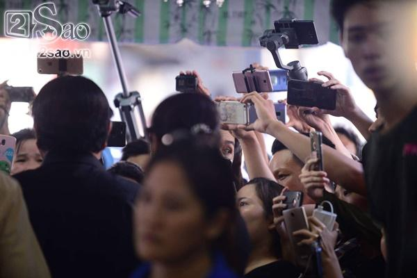 Đám đông lũ lượt kéo tới lễ tang cố nghệ sĩ Anh Vũ cười đùa, livestream câu view vô cùng phản cảm-7