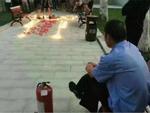 Thanh niên thắp nến tỏ tình ở kí túc xá, bác bảo vệ có tâm chuẩn bị sẵn bình chữa cháy