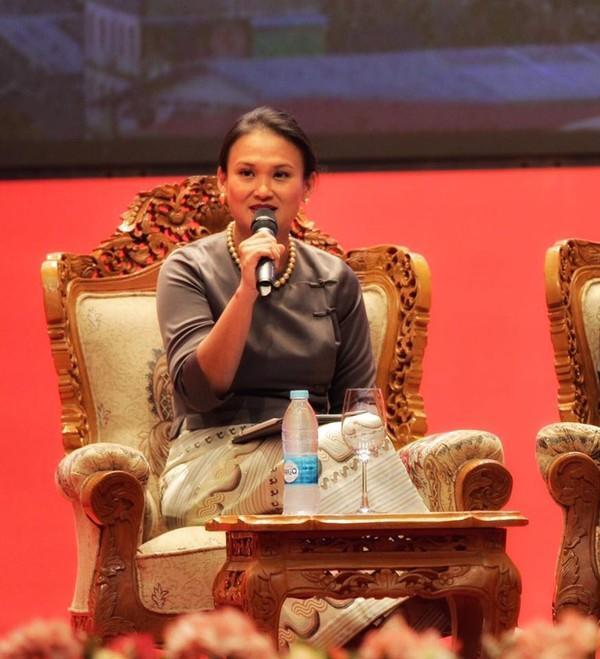 Xinh đẹp, gia thế khủng thôi chưa đủ, vợ mới của chồng cũ Hồng Nhung còn gây chú ý bởi...-8