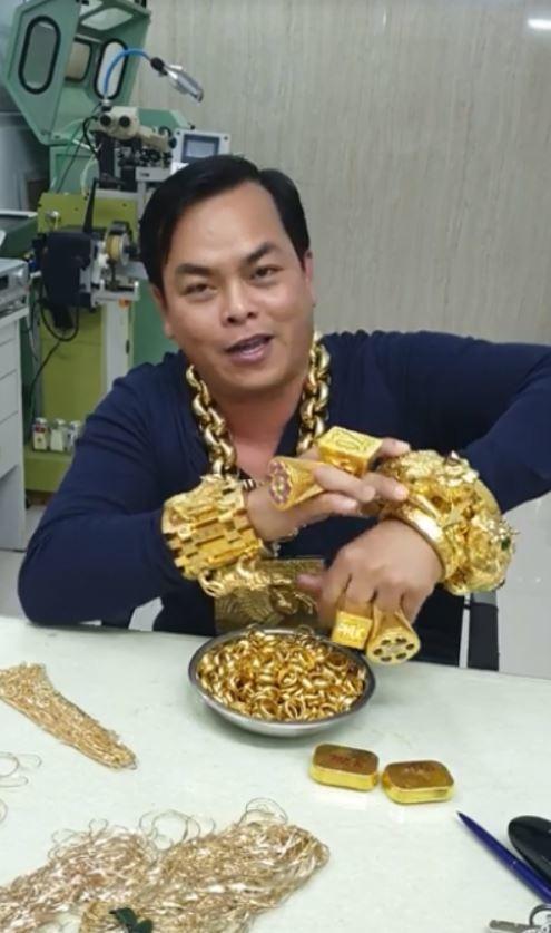 Mũ đúc vàng 24K, giầy dép cá sấu, đồng hồ nhiều tỷ... Phúc XO chính là dân chơi thời trang nhất Việt Nam-2