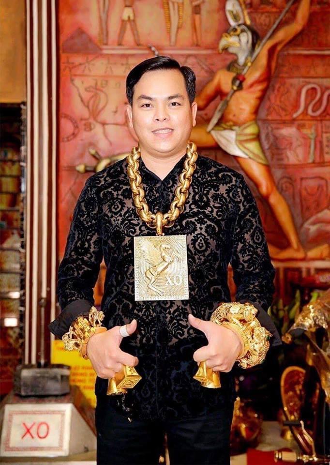 Mũ đúc vàng 24K, giầy dép cá sấu, đồng hồ nhiều tỷ... Phúc XO chính là dân chơi thời trang nhất Việt Nam-1