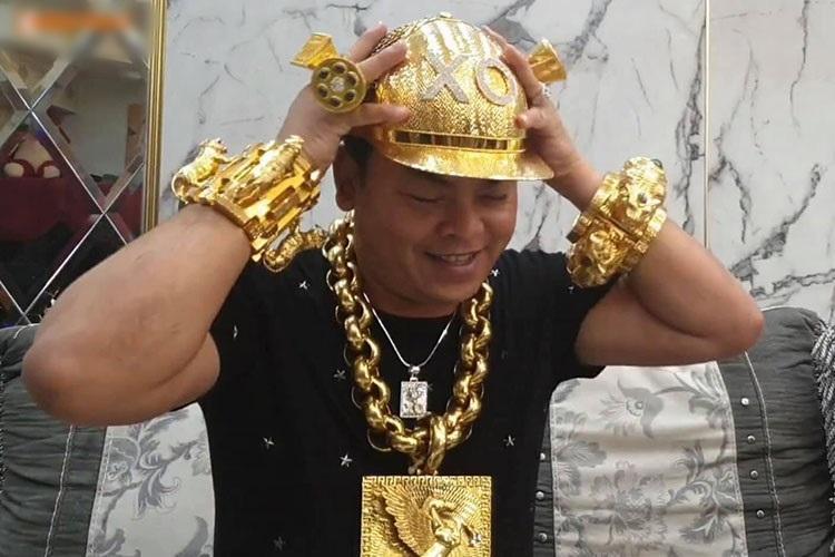 Mũ đúc vàng 24K, giầy dép cá sấu, đồng hồ nhiều tỷ... Phúc XO chính là dân chơi thời trang nhất Việt Nam-3